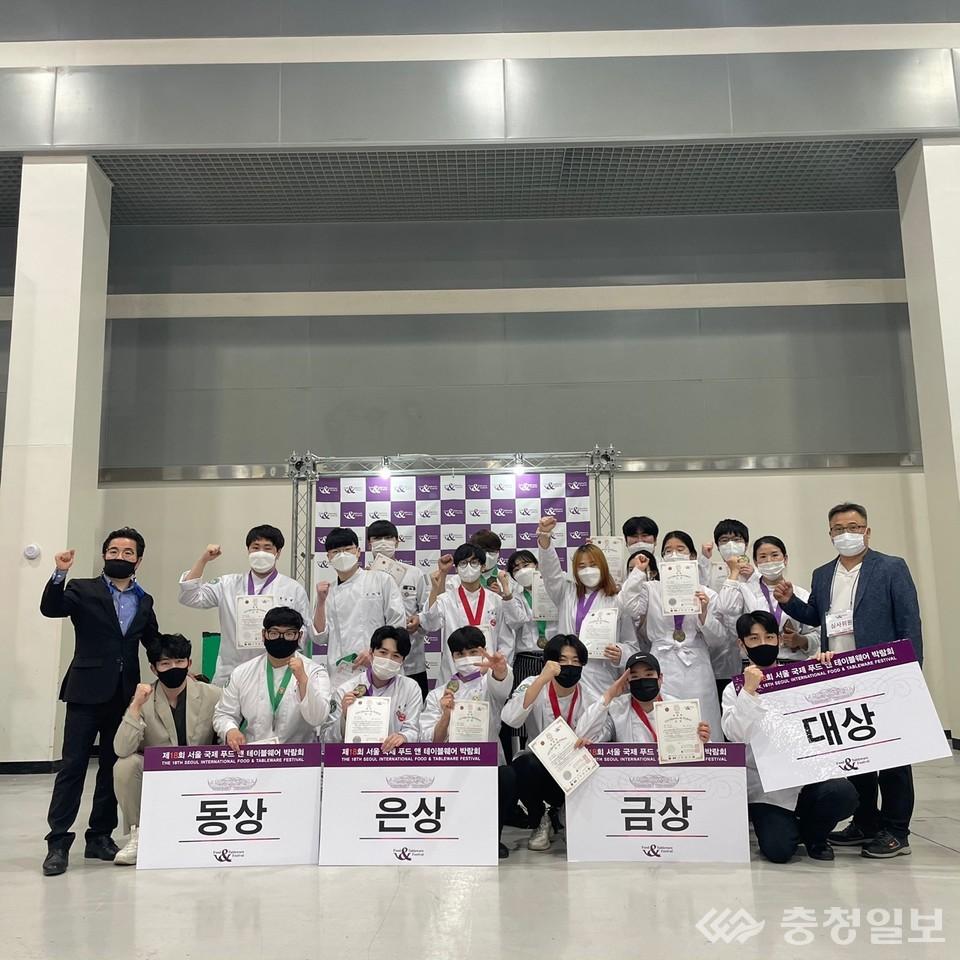 신성대 호텔외식조리과 김광오 학과장(맨좌측)과 재학생들이 대회 시상식 후 기념촬영에 임하고 있다.